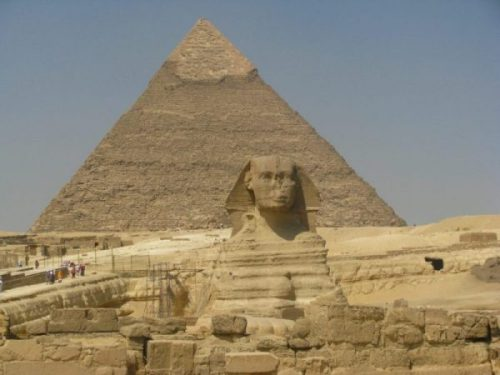 PYRAMID... EGYPT... SPHINX IN FORE-GROUND. photocredit/thanks:untoldaba/holidaycheck