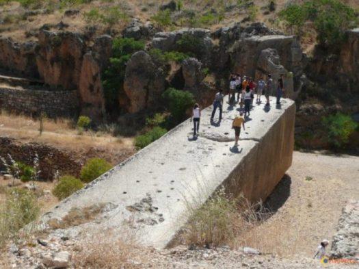 A TRILOTHON... ...JUST ONE... NOTE,.. MANY PEOPLE FOR SIZE COMPARISON... Le plus énorme bloc de pierre (carrière proche du site de Baalbek). photocredit/thanks:visoterra