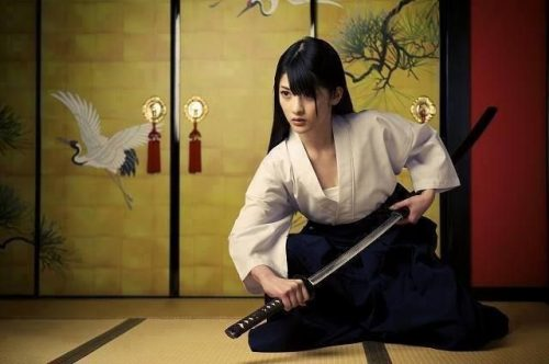 Featured Image Of A Female Japanese Sword Master Drawing The Sword.