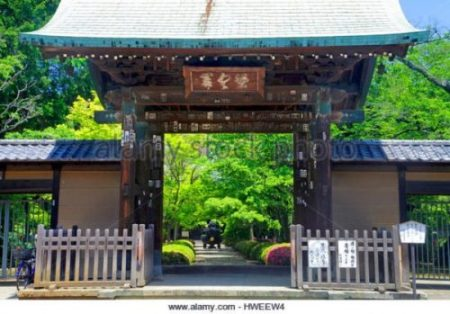 ENTRANCE TO THE GOTOKUJI TEMPLE OF THE CAT GUARDIAN. photocredit/thanks:alamy