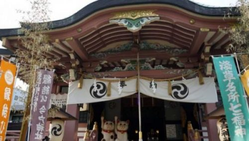 GOTOKUJI TEMPLE JAPAN. THE TEMPLE OF THE CAT GUARDIAN. STILL DOING THE WAVE INDEED.