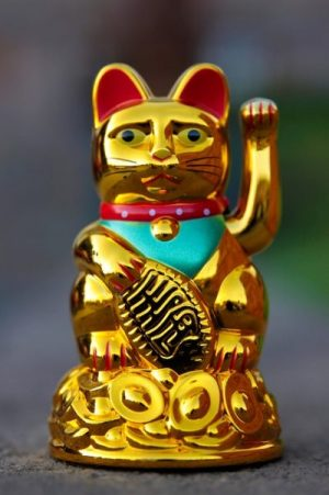 THE CAT THAT WAVES... MANEKI NEKO OF JAPAN. THE LEGENDARY TEMPLE GUARDIAN OF YORE.