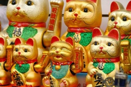 THE CAT THAT WAVES... MANEKI NEKO OF JAPAN.